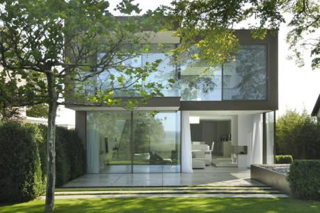 Una villa sul lago in vetro e cemento