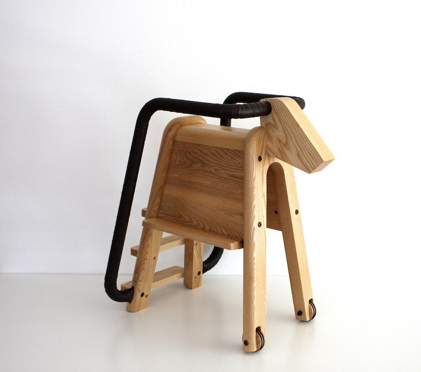 Una sedia per bambini a cavalluccio