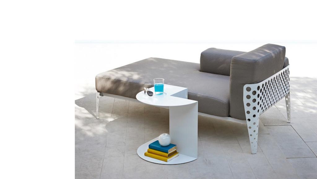 Un divano da esterno di design design street for Varaschin arredo giardino