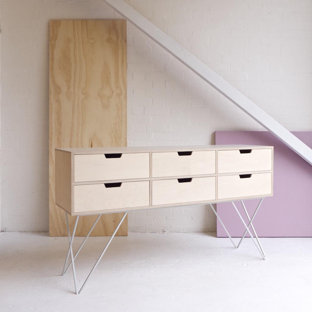 Una linea minimale e colorata di mobili in metallo laccato for Mobili in metallo