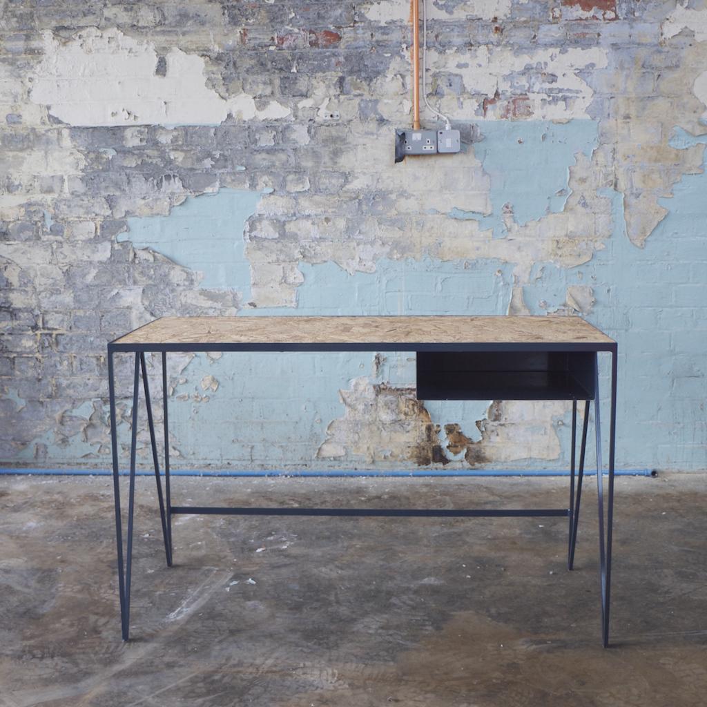 una linea minimale e colorata di mobili in metallo laccato. Black Bedroom Furniture Sets. Home Design Ideas