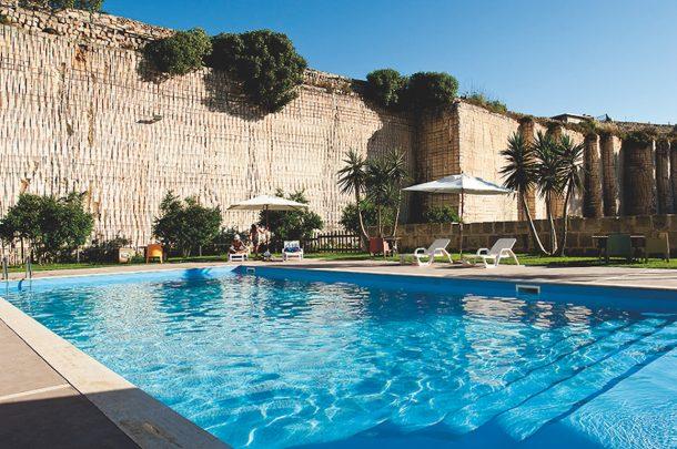 cave bianche di favignana un hotel sostenibile dentro una On cabine cave dale con piscina