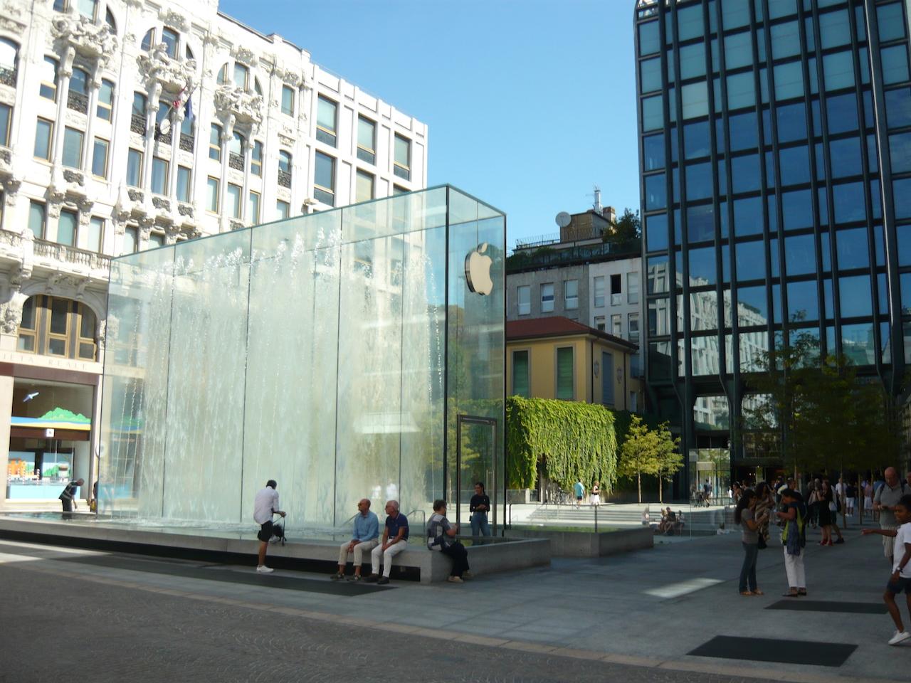 tra le polemiche nasce il nuovo apple store milano